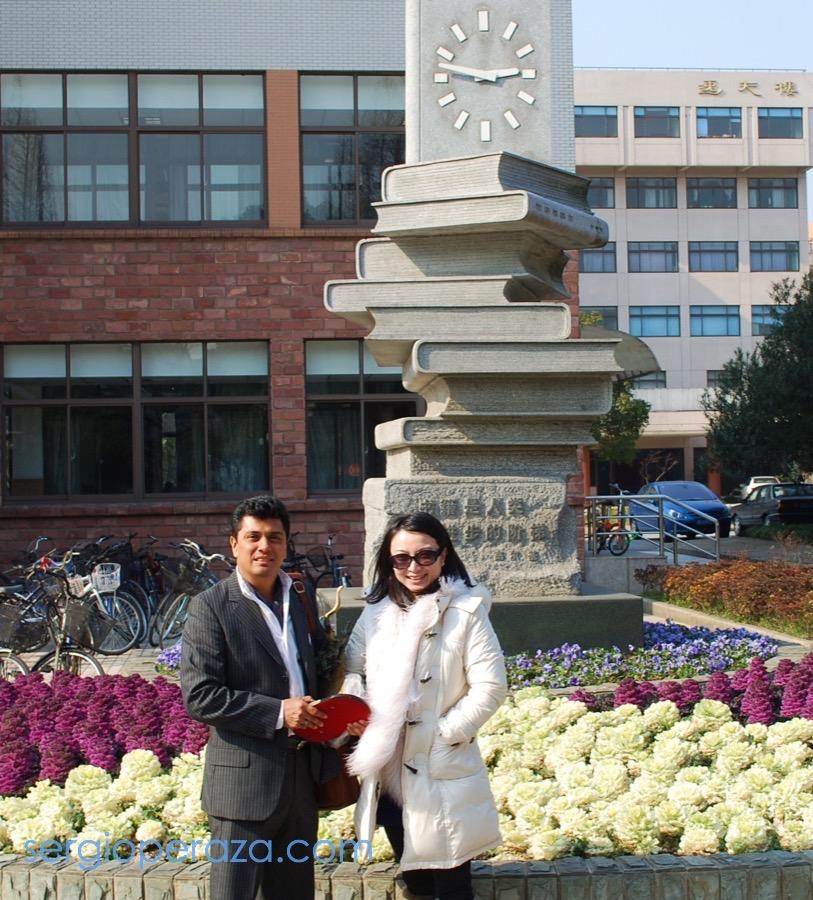 Sergio Peraza con Profesora Li Hui en Fudan University en Shanghai China