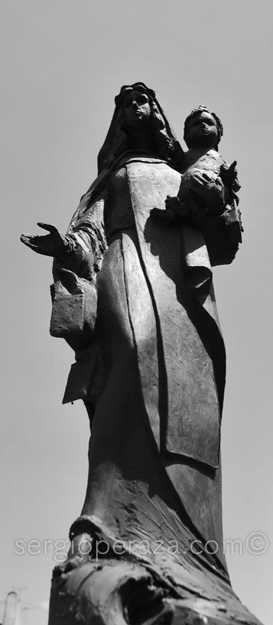Maqueta de Plastilina de 50 cm, aún sin resolver la mano derecha - foto para estudio de Escala Óptica Monumental - Sergio Peraza