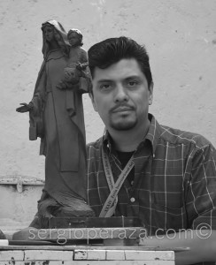 9-S-Peraza-Con-La-Primer-Maqueta-De-Plastilina-Sergio-Peraza-Artista-Escultor