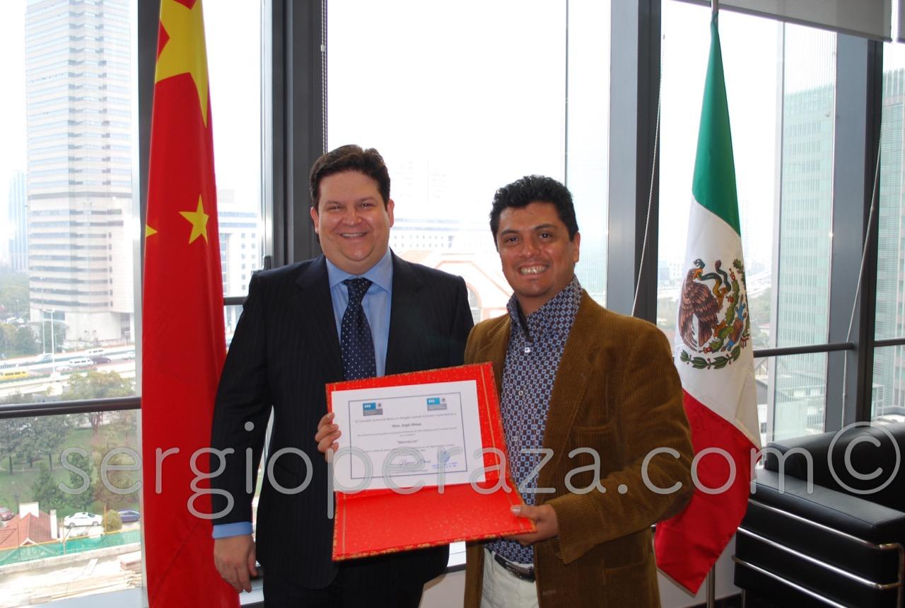 Shangai Consul Miguel Barrio Entrega  Reconocimiento A Sergio Peraza (3) Sergio Peraza Artista Escultor