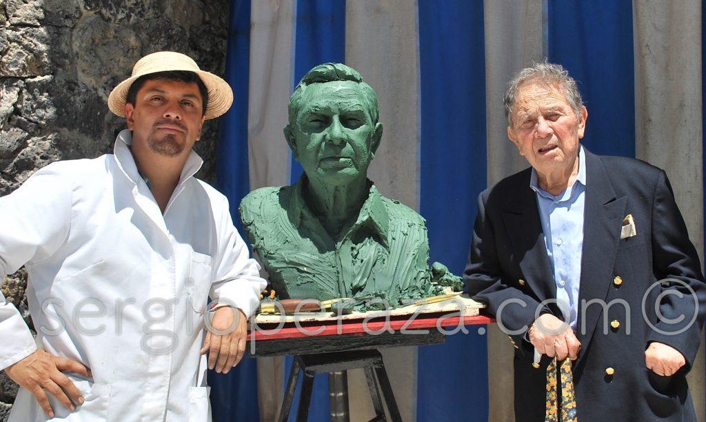 Humberto Peraza Ojeda y el busto homenaje que le hzo su hijo Sergio, tambien escultor