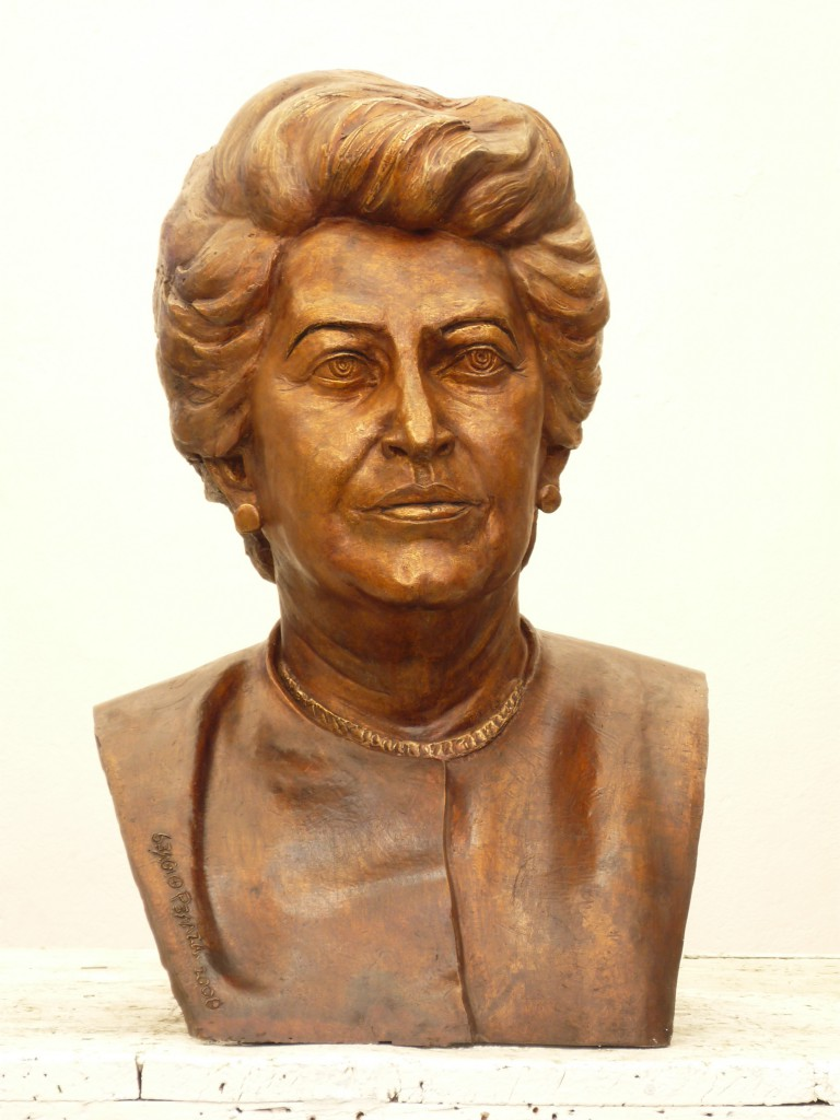 Busto Beatriz de la Fuente por Sergio Peraza
