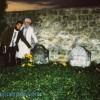 Raúl Anguiano y Sergio Peraza ante la Tumba de Vincent y Théo van Gogh en Auvers-sur-Oise