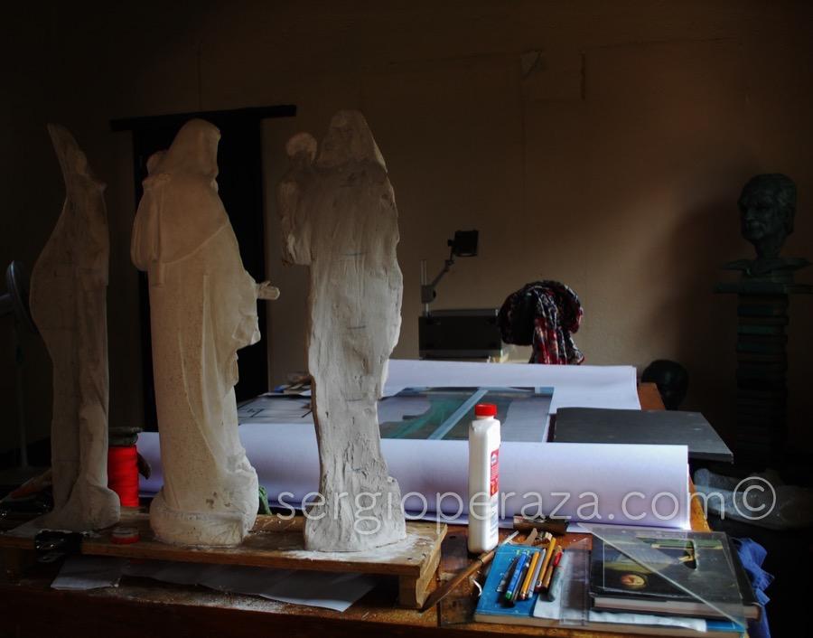 Mesa de trabajo del escultor Sergio Peraza