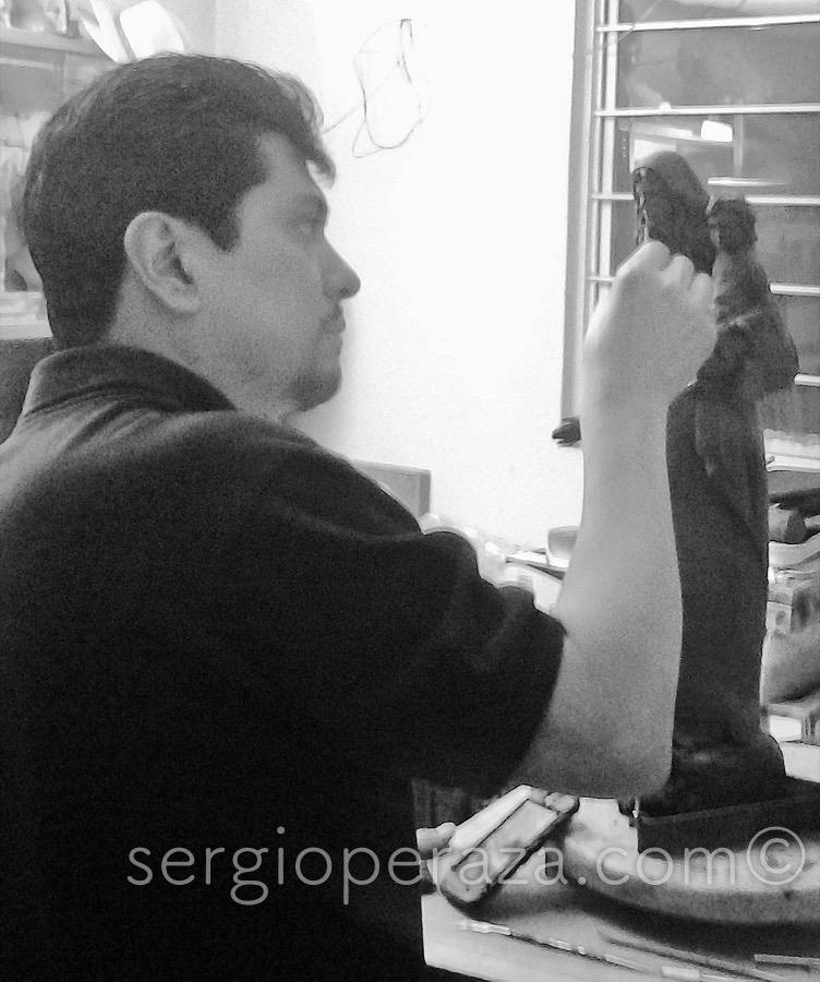 Sergio Peraza boceteando en Plastilina La Primera Maqueta de 50 cm.